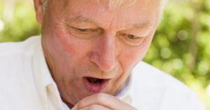 Cómo detener una tos que te produce cosquillas. Hay varios motivos por los cuales puedes tener una tos que te hace cosquillas, como sequedad, alergia, enfriamiento, fumar y asma. El cosquilleo puede ser particularmente irritante ya que puede permanecer sin detenerse por varios días y, de vez en cuando, durante varios minutos. Podrías estar sufriendo de incontrolables desajustes de tos seca o ...