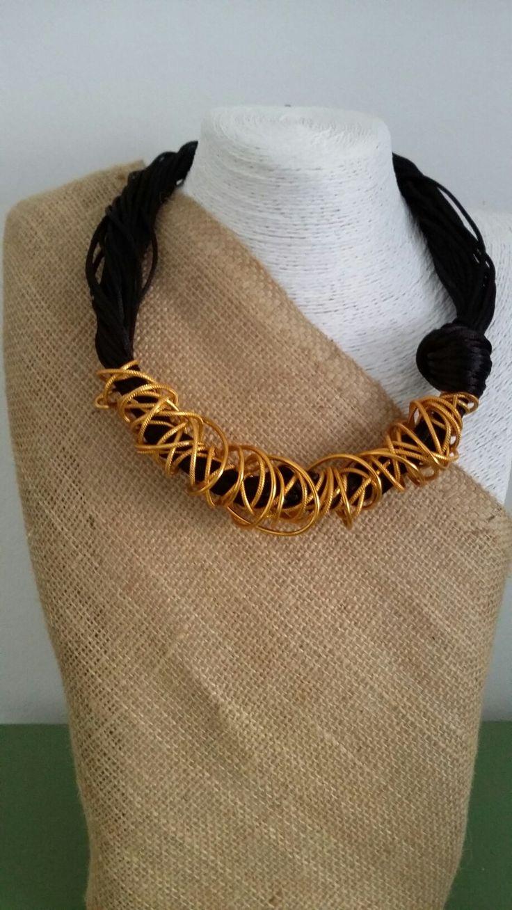 Filo tanto filo per questa collana in coda di topo e alluminio color oro