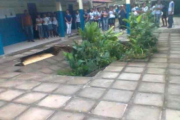 Piso da da Escola Estadual Vigário Pedrosa de Escada em Pernambuco afunda | S1 Noticias