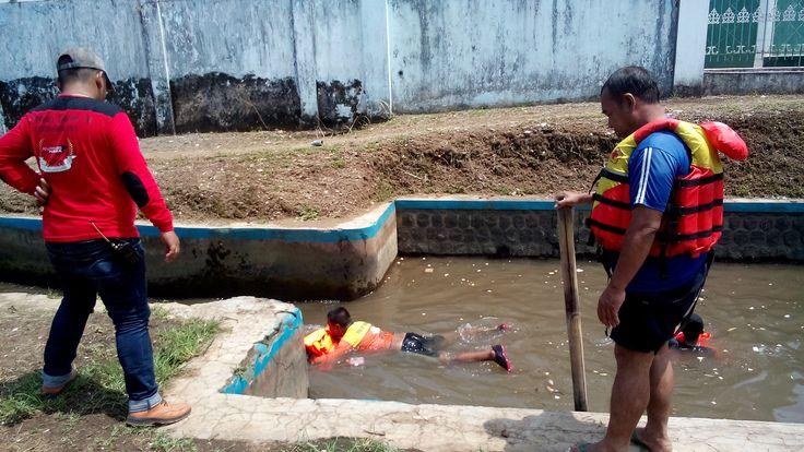 Dua Hari Pencarian Siti Aisyah Belum Ditemukan, SAR Teruskan Penyisiran https://malangtoday.net/wp-content/uploads/2017/03/pencarian-balita-Siti-Aisyah-Anggraeni-2.jpg MALANGTODAY.NET– Dua hari sudah pencarian Siti Aisyah Anggraeni (2) dilakukan, tetapi belum memperoleh hasil. Tim SAR terus melakukan penyisiran Sungai Ilang, tempat balita tersebut terbawa arus air. Tim SAR bersama para relawannya, sejak pagi hari melanjutkan pencarian. Sebelumnya... https://malangtoda