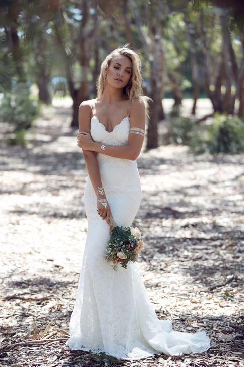 Sexy Bohemian Boho vintage trouwjurk met open rug op maat. Prachtige bruidsjurk gemaakt van kant met v hals halslijn. Deze bruidsjurk kun je in ons atelier laten maken in alle maten en kleuren voor maar € 875,-.