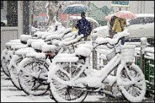 Les chutes de neige ont surpris les Pékinois et paralysé le trafic.