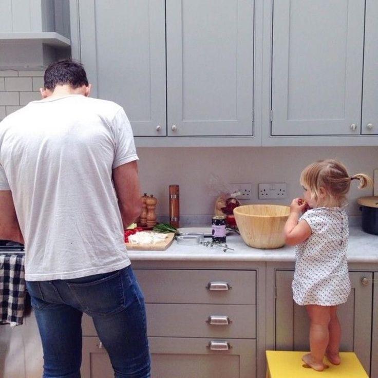 papa cocinando con su hija
