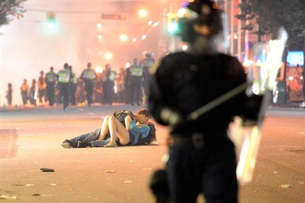 Całująca się para podczas zamieszek w Vancouver, 15 czerwca. Zamieszki wybuchły po tym, jak drużyna Vancouver Canucks przegrała w finale Pucharu Stanleya. Fot. Rich Lam/Getty Images/Flash Press Media