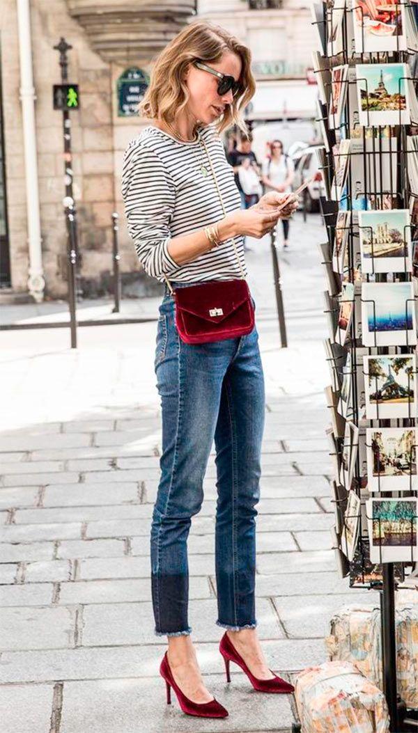 Street style look com bolsa e scarpin vermelho.