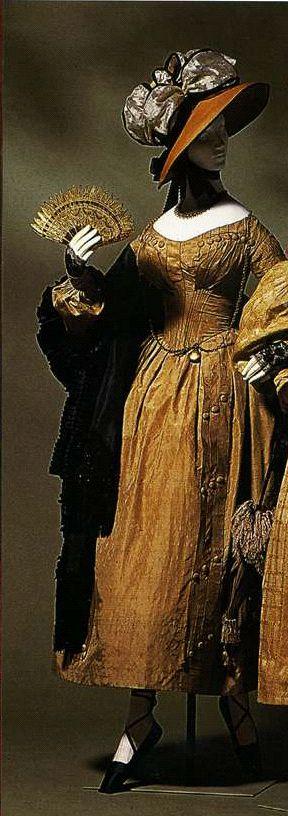 Дневное платье. Около 1838. Золотисто-коричневая шелковая тафта с тканым геометрическим узором, накидка из такой же материи, рукава gigot, складки спереди на корсаже и в верхней части рукавов.
