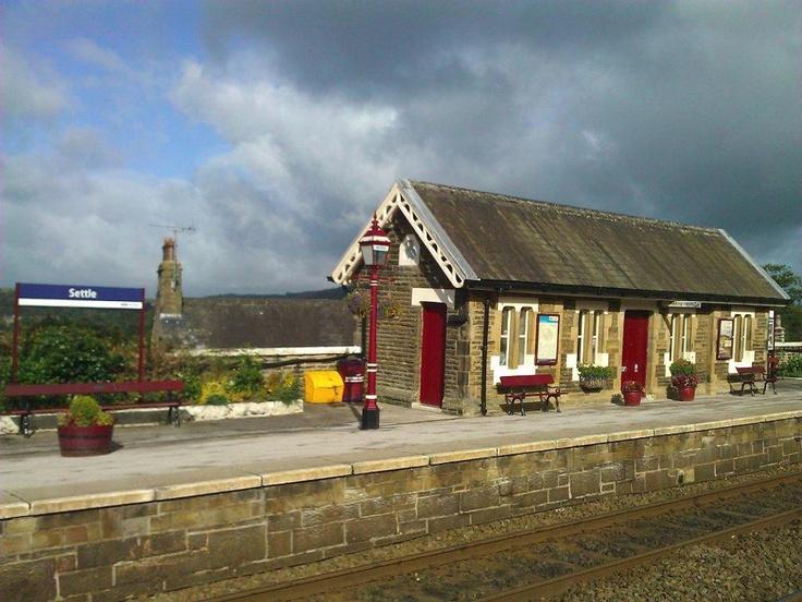 Settle tren istasyonu ise buradan York, Carlise ve Lancastire'ı ve göller bölgesini birbirine bağlıyor. Ünlü Settle-Carlisle yolu ise muhakkak görülmesi gereken ve yapılması gereken tren yolculuklarından biri olarak gösteriliyor... Daha fazla bilgi ve fotoğraf için; http://www.geziyorum.net/settle/