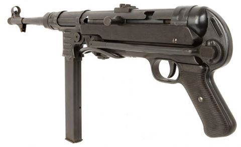 El MP40 (Maschinenpistole 40) fue un subfusil automático usado de manera extensa por las tropas de la Alemania nazi, durante la Segunda Guerra Mundial. Diseñado por Heinrich Vollmer, de Erma, con el fin de dotar a los soldados de un arma de asalto, principalmente las unidades de infantería mecanizada y paracaidistas, fue fabricado hasta el final del conflicto. Arma excelente para el combate a corta distancia era, sin embargo, poco efectiva en combate en terrenos abiertos por su escaso…