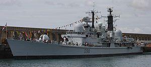 """El HMS York era un destructor del tipo 42 de la Royal Navy . Lanzado el 20 de junio de 1982 en Wallsend , [4] Tyne and Wear y patrocinado por señora Gosling, York fue el último Tipo 42 construido. La cresta de la nave era la rosa blanca de York, y la insignia del """"cruce rojo con los leones passant"""" se derivó del escudo de armas de la ciudad de York . Con una velocidad máxima de 34 nudos (63 km / h, 39 mph), fue el destructor más rápido de la Marina Real. [3]"""