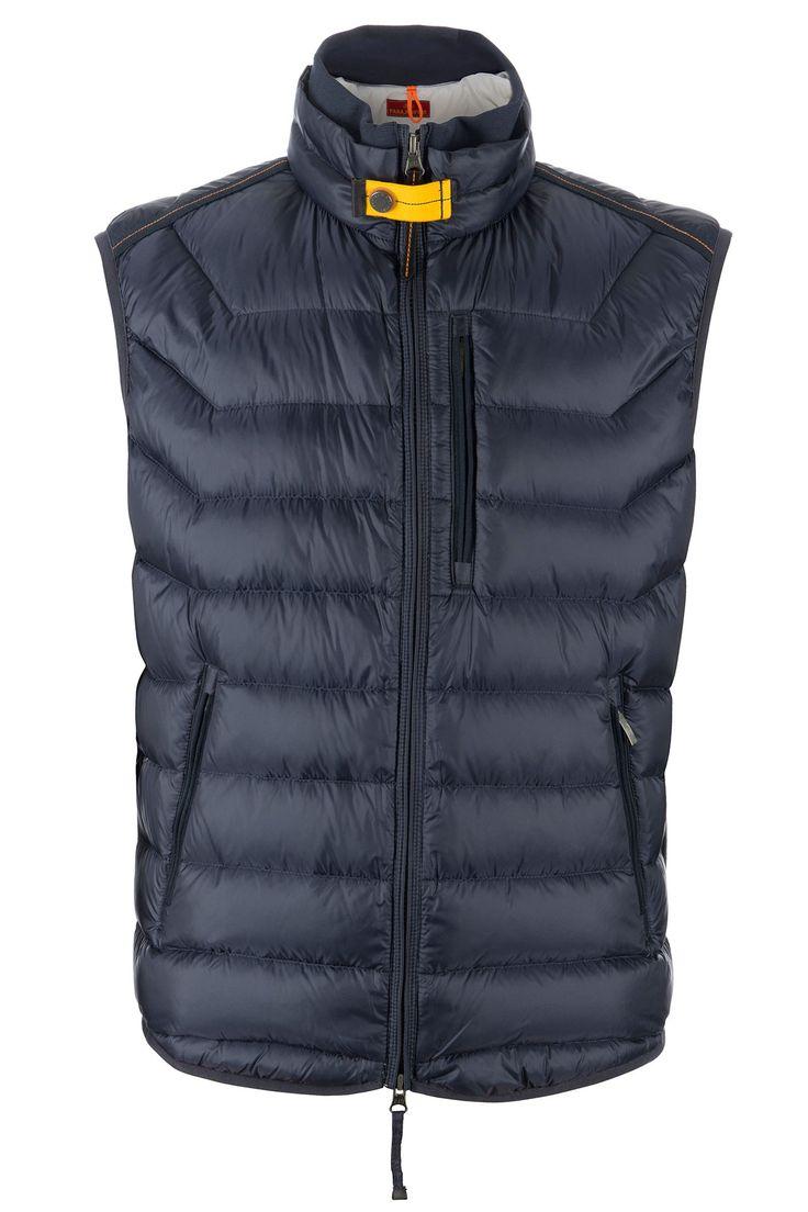 Parajumpers blu/black heren bodywarmer Kort donsjasje met opstaande kraag. De jas heeft geen capuchon, sluit met een rits die ook vanaf de onderkant te openen is Aan de voorzijde heeft de jas twee steekzakjes met rits.