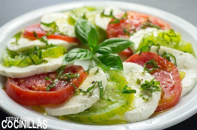 Receta De Ensalada Caprese Con Tomates Corazón De Buey Y Green Zebra Receta Ensalada Caprese Caprese Recetas De Comida