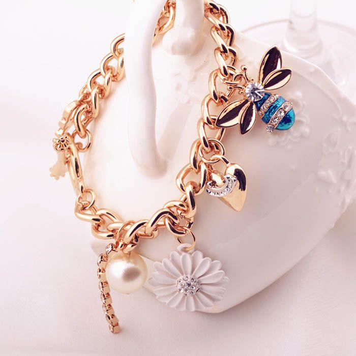Hermosa pulsera con cadenas y detalles dorados. $5.990 + gastos de envío. Envios a todo Chile vía Chilexpress.