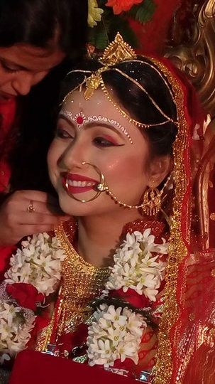 Red, the best color which suits every ‪#‎bride‬, don't forget to put red bindi. ‪#‎Bengalibride‬ ‪#‎bridalmakeup‬ Makeup artist: Shraddha
