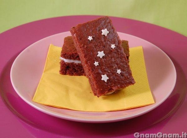 Merendina pan di stelle -  Qualche giorno fa ho pensato di preparare delle merendine pan di stelle fatte in casa. Mi sono messa lì e l'ho fatto. La mattina se non faccio colazione non riesco a carburare, ma l'idea di mangiare merendine preconfezionate tutti i giorni, non mi alletta poi piu' di tanto. Di solito preparo delle torte grandi, [...]