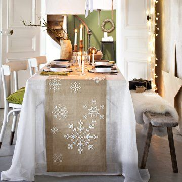 Un chemin de table brodé de flocons / table runner, embroidery, stich, white flak, snow