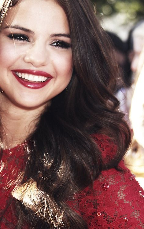 Selena´s shiny  dark red lipstick and lined eyes