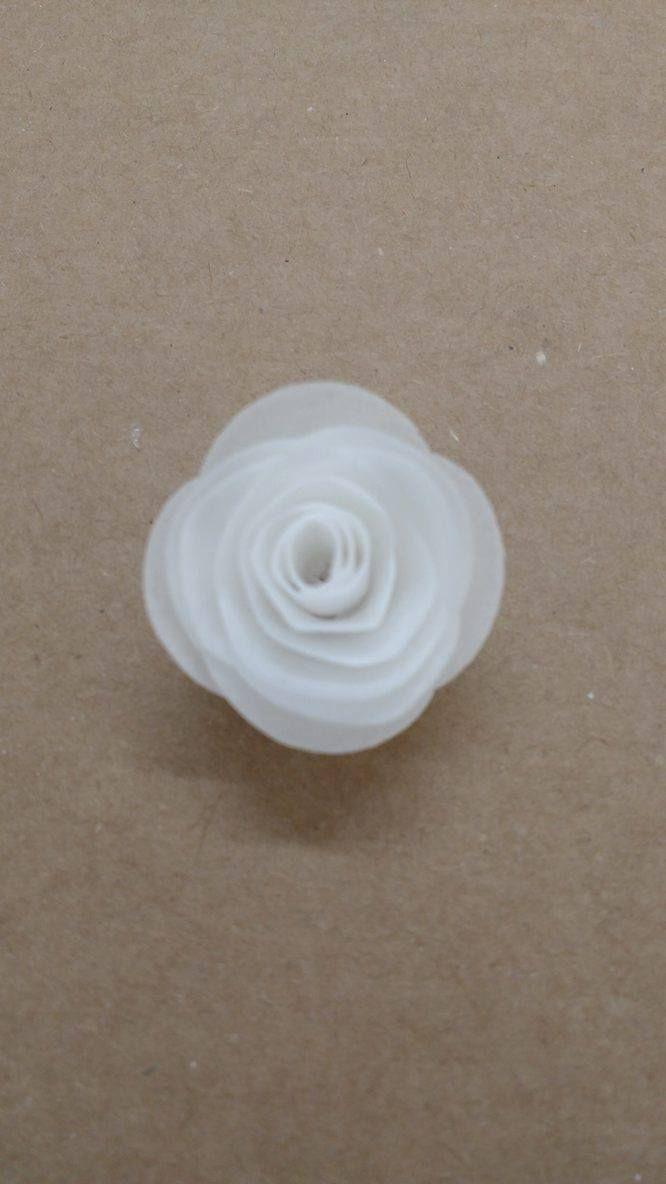 Mini rosas 3D recortadas em papel de arroz para decorar doces e bolos.