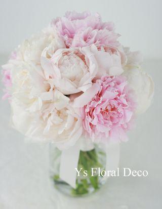 白とピンク ふんわり咲いた芍薬を束ねたクラッチブーケ ys floral deco @ホテルニューオータニ