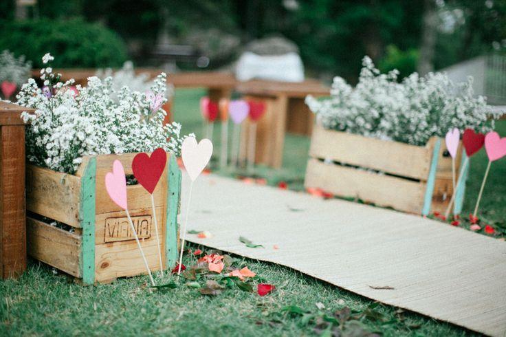Muito coração, muitas flores e muito papel customizado compoem a decoração dos mini weddings. Cada detalhe é pensado para passar a personalidade dos noivos. Via http://lapisdenoiva.com/