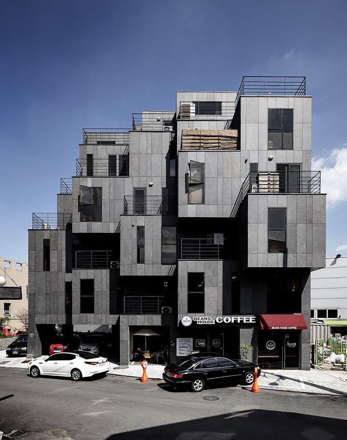 """한국에서 아파트를 제외하고는 다세대주택이 가장 흔한 주택형태 중 하나일 것이다. 일반적으로 다세대 주택의 저층부는 주차장을 만들거나 소규모의 상가나 오피스를 두게 마련이고 각장 상부의 탑층은 건물주가 산다. 이번에 소개할 경기도 이천의 다세대 주택은 """"5일장""""이 열리는 전통시장이 끝나는 지점에 위치해 있는데, 이 건물의 의뢰인은 자신들의 다세대 주택에는 2개 층의 상가시설을 포함하여, 탑층에는 자신들의 주.."""