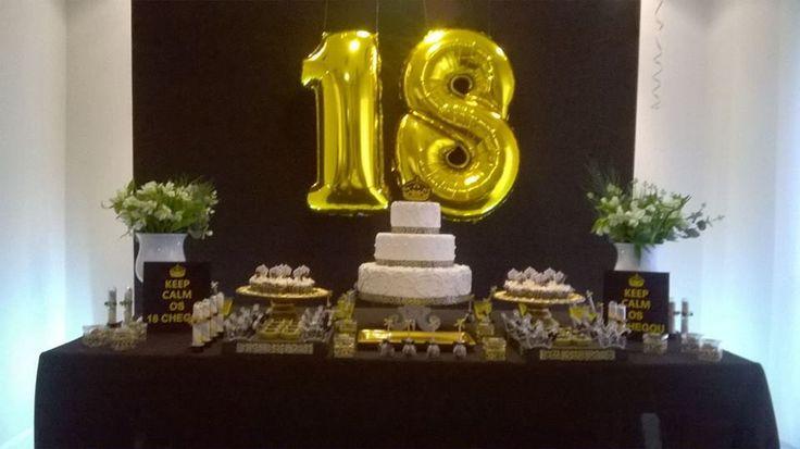 Decoração preto e dourado (oncinha) composta por:    painel em tecido  balão com idade 1 metro altura  duas luzes indiretas  mesa 1,80  toalha mesa  dois vasos flores  suportes para doces diversos  bolo fake no tema  acessórios decorativos no tema  montagem e desmontagem    * flores podem ser sol...