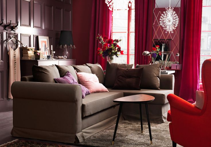 """Dasselbe Zimmer, diesmal tagsüber, eingerichtet u. a. mit MOHEDA Eckbettsofa mit Bezug """"Blekinge"""" braun."""