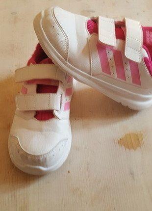 Kaufe meinen Artikel bei #Mamikreisel http://www.mamikreisel.de/kleidung-fur-madchen/sport-und-turnschuhe/33992626-susse-adidas-madchen-hallenschuhe-fast-neu-und-einem-sehr-guten-zustand-adidas-madchenschuhe