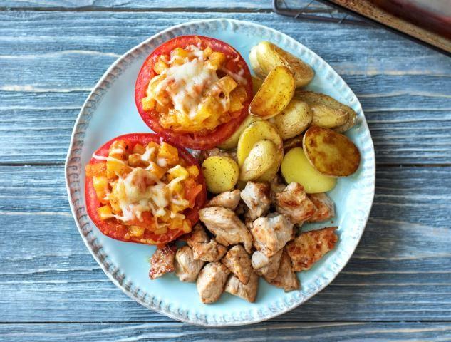 Kipfiletstukjes met gevulde vleestomaat en oreganokrieltjes