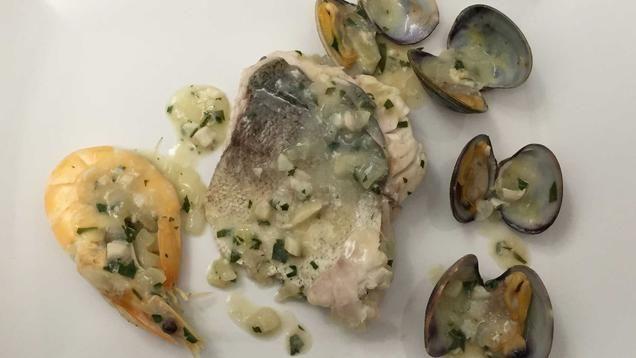 Rezept: Seehechtfilet mit Meeresfrüchten in einer Petersiliensoße