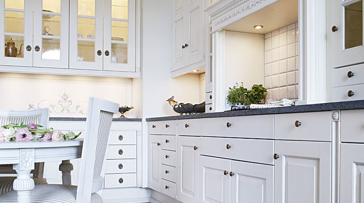 Ett alldeles speciellt kök med inspiration hämtad från 1700-talet. Färg, material och detaljrikedom har noggrant provats och valts ut för att skapa en gedigen känsla.  Se mer av Gustav: http://www.tibrokok.se/vara-koksstilar/ovanligt-bra-koksstilar/gustav