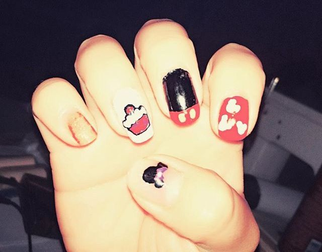 #noche #wow #nailsart #nailsdesing #nailsartdesign #nail #mickey #michi #juego #uñas #diseño #blanco #네일아트 #아트 #네일 #네일디자이니 #mickeymouse #mouse  #nails #네일스티커 #instanail #minnie #mickeynails #mickey #mickeynailsart