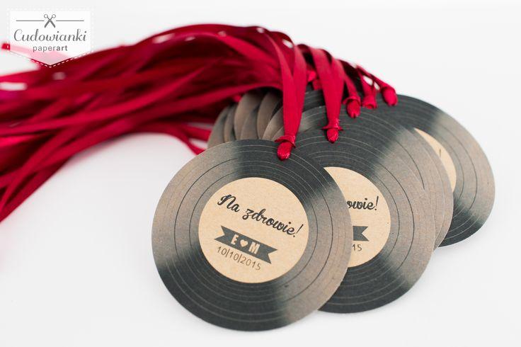 Wedding, alcohol labels on the bottle, made of eco paper with ribbon. / Zawieszka na alkohol w formie płyty winylowej, na wstążce satynowej, wykonana z papieru ekologicznego.