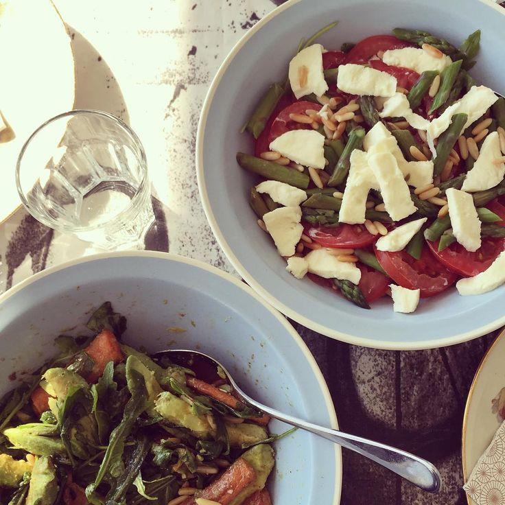 salater til min fars hjemmelavet lasagne! Den ene af salaterne er med bagte gulerødder, avokado, ruccola og pinjekerner - den anden et en klassisk tomatsalat af friske danske tomater, mozzarella, asparges og pinjekerner - enjoy! #fitfamdk #fitfam #healthyliiving #healthylife #newlifestyle