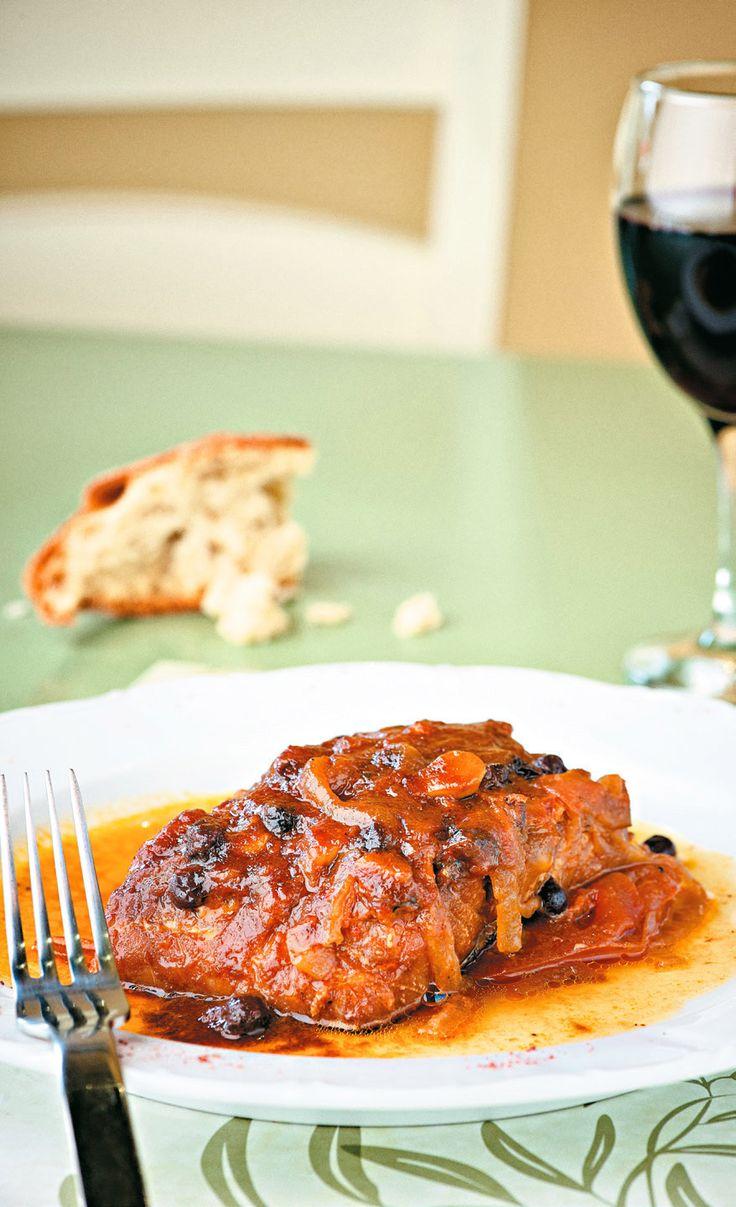 Μια παραδοσιακή συνταγή από τη Μεσσηνία όπως μας την εμπιστεύτηκε η κυρία Μαντώ Ηλιοπούλου από το εστιατόριο Θάμα. Οι σταφίδες δίνουν στη σάλτσα της ντομάτας μια ιδιαίτερη, ελαφρώς γλυκόξινη γεύση που μεταμορφώνουν τον μπακαλιάρο σε ένα πιάτο απίστευτης νοστιμιάς