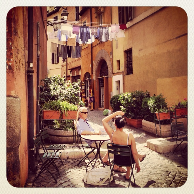 du linge qui s che dans une rue de rome un couple qui prend son caf juste en dessous toute l. Black Bedroom Furniture Sets. Home Design Ideas