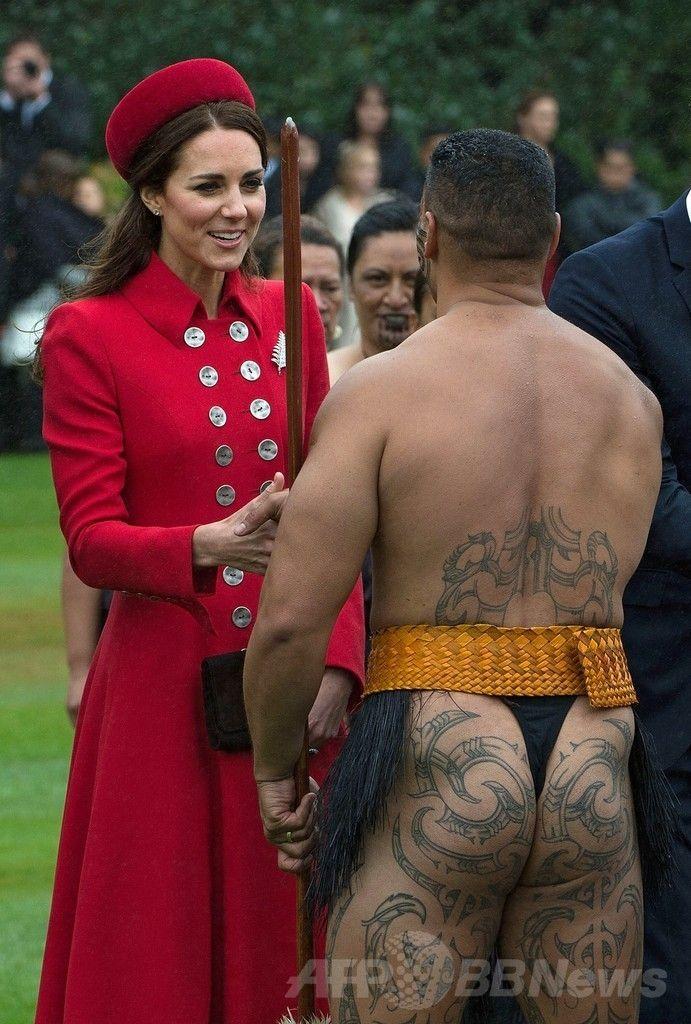 ジョージ英王子がNZ到着、初の外遊開始 国際ニュース:AFPBB News    ニュージーランドの首都ウェリントン(Wellington)で行われた歓迎式典で、先住民族マオリ(Maori)の戦士とあいさつする英国のキャサリン妃(Catherine, Duchess of Cambridge、2014年4月7日撮影)。(c)AFP/MARTY MELVILLE