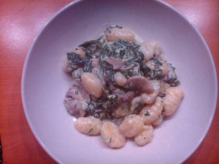 Kytičkový den - gnocchi se žampióny,špenátem a sojovou smetanou