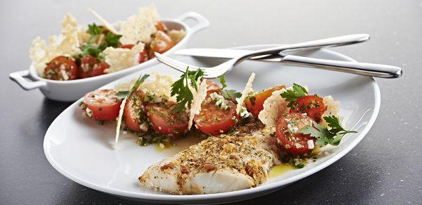 Torskefilet med tomat/oste-topping, tomatsalat og sprøde osteflager