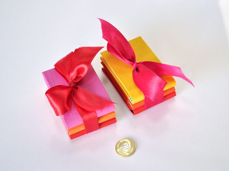 Manet MINI BOOK Ain't that cute? Minialbums are great gifts for your guests after a great party, but they're also sweet giveaway presentation of your company...visit www.manetbook.com