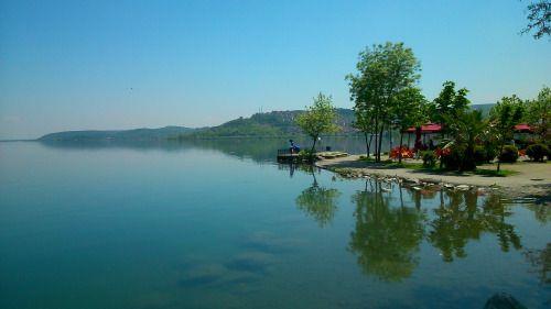 sevketk:  Sapanca Gölü, SAKARYA (ADAPAZARI) (May.2015)  Sakarya'nın Sapanca ilçesinde bulunan bu göl, yaz veya kış mevsiminde seyahat halinde olan insanların uğrak yerlerinden biridir. Gölde bulunan balıklar arasında; sazan, yayın, turna ve alabalık türleri vardır. Ayrıca Sapanca Gölü kaynağını dağlardan gelen kar sularından almaktadır. Coğrafi güzelliklerimizden sadece bir tanesi olan göl gezilip görülmeye değer bir yer....