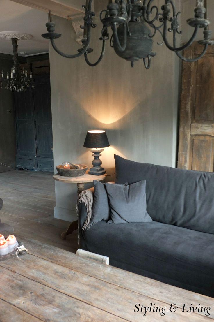 Stoere, landelijke woonkamer met vergrijsde kleuren. www.stylingandlivingshop.nl