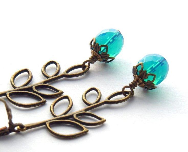 Ohrringe der Perlenfontäne - hangearbeitete Schmuckunikate! Für dieses ausgefallene Paar Ohrringe habe ich hochwertige, facettierte Glasperlen aus Opalglas aus Tschechien verwendet. Die Farbe ist eine Mischung zwischen Türkis und Hellblau. Sehr intensiv, sehr sommerlich! Wunderbar zur gebräunter Haut.