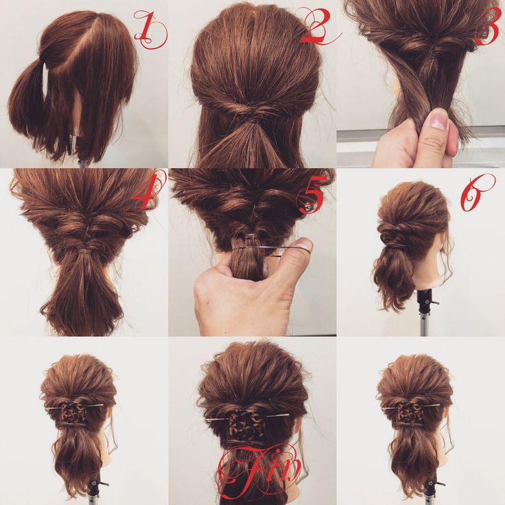 ミディアム・セミロング・ロングのポニーテールアレンジ✨ 1,写真のように結びます 2,1番の結んだ髪の上に横の髪を結んでくるりんぱします 3,余っている髪を1番の上に持ってきます 4,結んでくるりんぱします 5,三本の結んだ髪を一緒に結びます 6,結ぶと写真のようになります Fin,崩して飾り付けたら完成です 今回はマジェステを使ってますが帽子、ハットでも可愛いですよ✨ 参考になれば嬉しいです^ ^