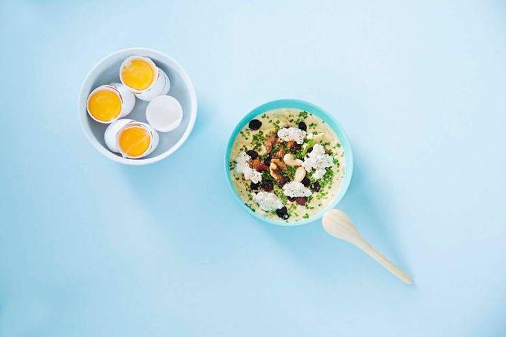 Oppskrift på eggerøre med cottage cheese, ristede nøtter og tørket frukt av Jonas Lundgren.