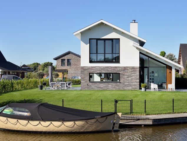 Droomhuis! Wonen aan het water met een bootje binnen handbereik. Modern en warm vormgegeven nieuwbouw woning voorzien van wit stucwerk, lange bakstenen en accenten in de  gevel van hout. Ontwerp BNLA architecten | Fotografie Studio de Nooyer.