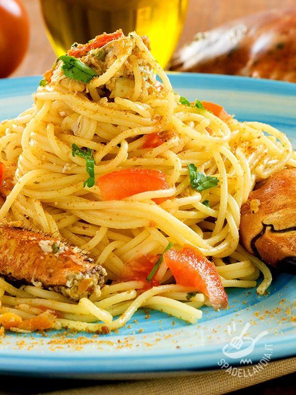 Spaghetti with crab and mullet - Gli Spaghetti al granchio e bottarga sono un primo perfetto quando si ha voglia di un po' di mare a tavola! Il successo, se avete ospiti, è assicurato! #spaghettigranchio