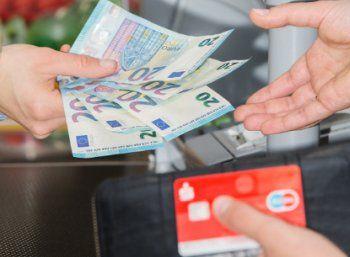 Aldi-Süd: Geld abheben beim Discounter ab sofort möglich https://www.discountfan.de/artikel/c_verbraucherschutz/aldi-sued-geld-abheben-beim-discounter-ab-sofort-moeglich.php Nach Rewe, Penny und Edeka hat sich nun auch Aldi-Süd entschieden, seine Kassen zum Geldautomaten zu machen: Wer für mindestens 20 Euro einkauft, kann direkt beim Discounter bis zu 200 Euro pro Einkauf abheben. Gebühren fallen nicht an. Aldi-Süd: Geld abheben beim Discounter ab sofort möglich (Bi