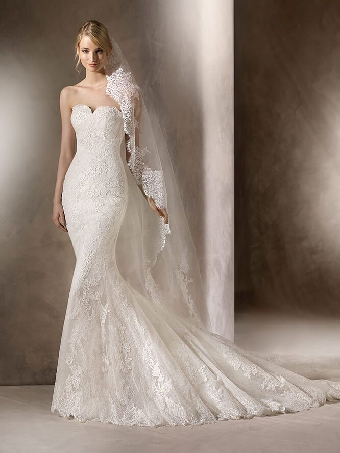 La Sposa HENO Marvellous and full of details. This mermaid dress in Tulle and embroidered Tulle with lace, Guipure Lace and Gemstones on a spectecular sweetheart neckline embraces and flatters the figure.