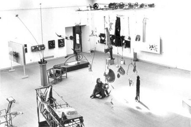 Висящие объекты (Билли Клувер История E.A.T.) Понтус Хюльтен директор стокгольмского Moderna Museet попросил меня стать американским представителем Искусства в движении  выставки которая должна была состояться у него в музее и которая представляла собой расширенную версию шоу показанного им в Париже в галерее Денис Рене в 1955 году. В начале шестидесятых Понтус тесно сотрудничал с Виллемом Сандбергом из амстердамского музея Стедейлик поэтому Искусство в движении открылась сначала в…