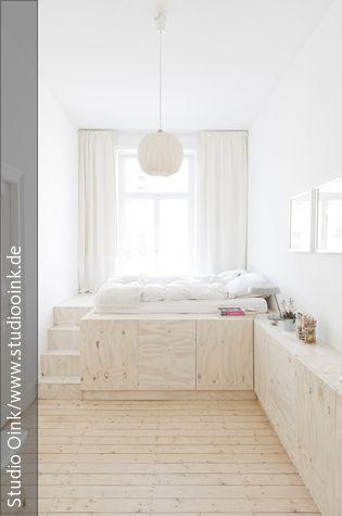 Das selbst kreierte Podestbett aus weiß lasiertem und klar lackiertem Kiefersperrholz bietet viel Platz, z.B. für Kleidung. (Materialkosten: ca. 1.000 Euro)